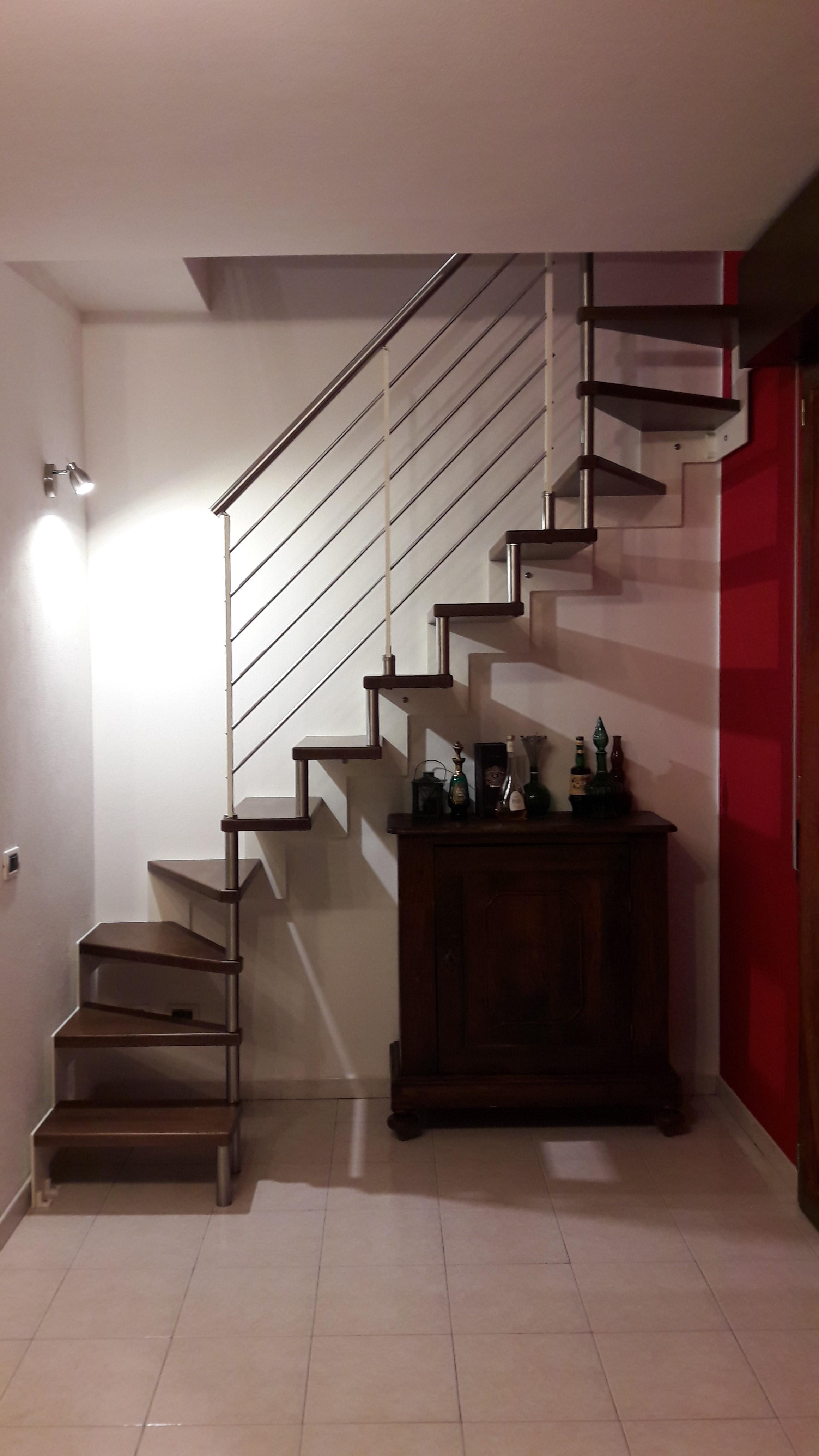 Realizzazione di un'asola tra due appartamenti e posizionamento di una scala prefabbricata in metallo. Galliera (Bo)