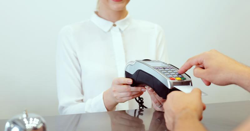 Decreto Fiscale, salta l'obbligo di conto dedicato per imprese e professionisti ma resta la sanzione per mancata accettazione di pagamenti effettuati con carte di debito e credito