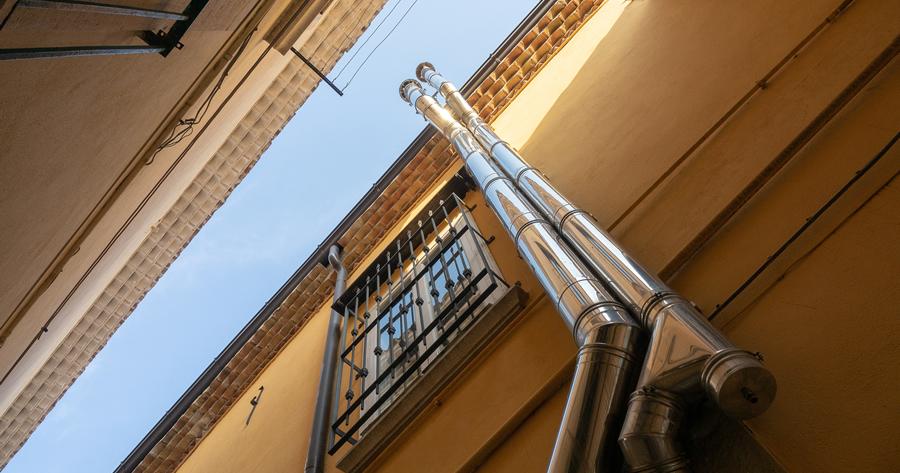 Canna fumaria e decoro architettonico di un condominio: interviene la Cassazione
