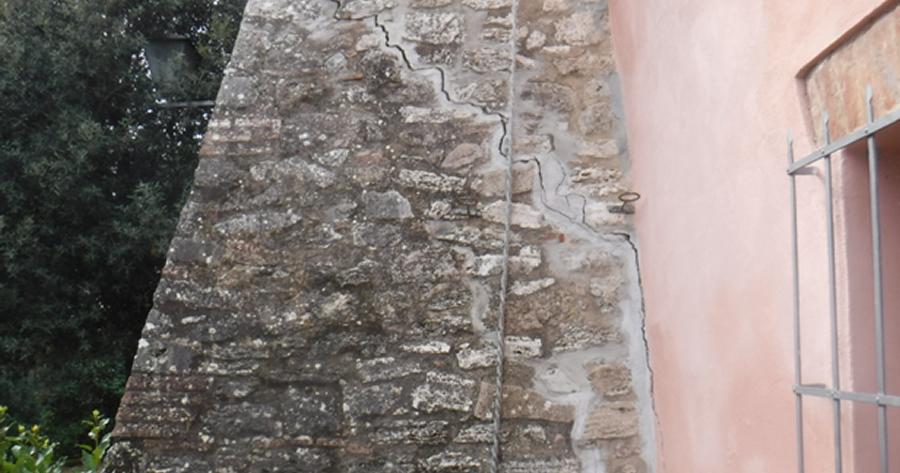 Consolidamento fondazioni e terreno di una antica villa interessata da cedimenti fondali diffusi