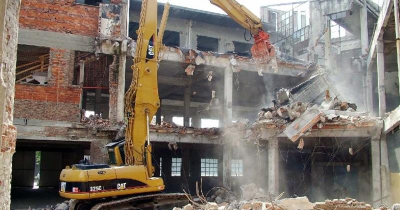Abusivismo edilizio: gli immobili entrati nel patrimonio comunale devono essere demoliti