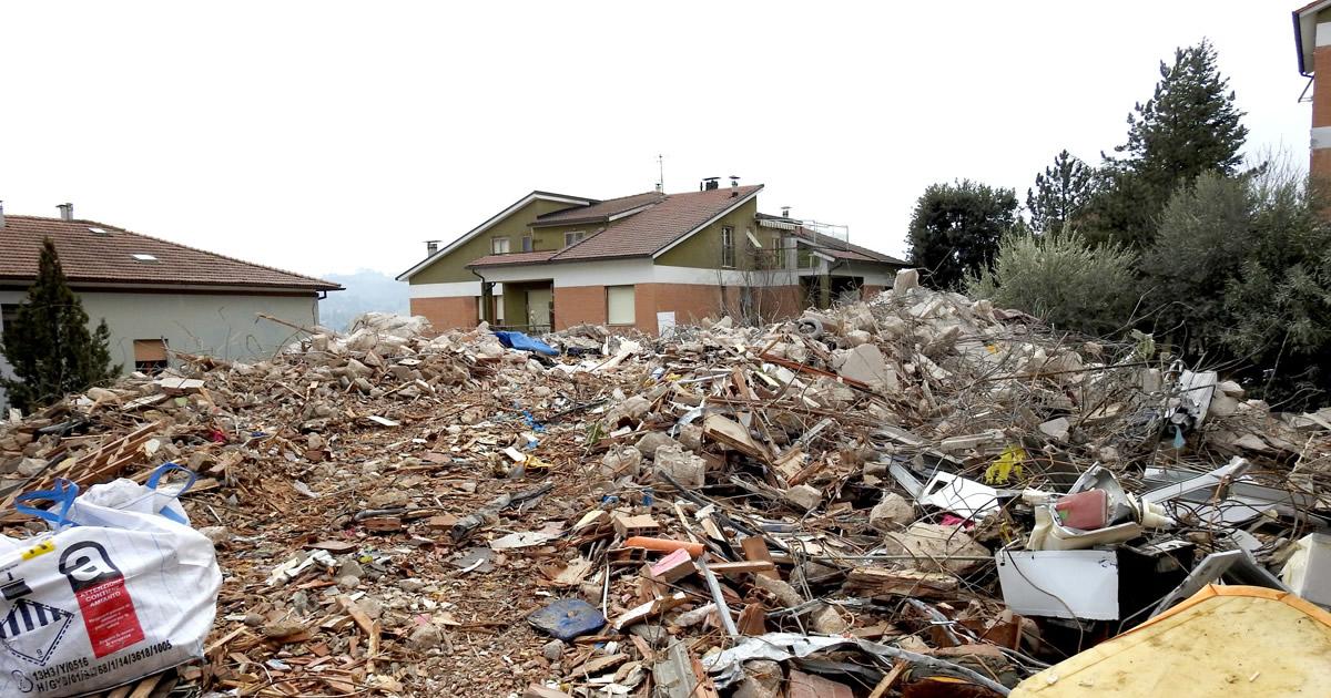 Terremoto centro Italia, nelle Marche per la rimozione macerie si lavora di notte