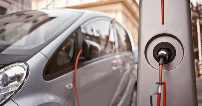 Mobilità sostenibile, svolta Emilia-Romagna: rete pubblica di 2mila colonnine per la ricarica dei veicoli elettrici