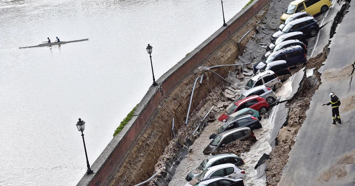 Voragine di 200 metri sul Lungarno a Firenze: rete idrica fatiscente